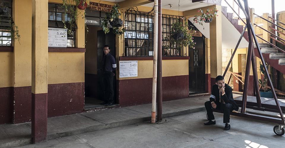 Durante las primeras horas la población de San Andrés Itzapa parecía haber olvidado que era día de elecciones. Los miembros de las mesas esperaban.