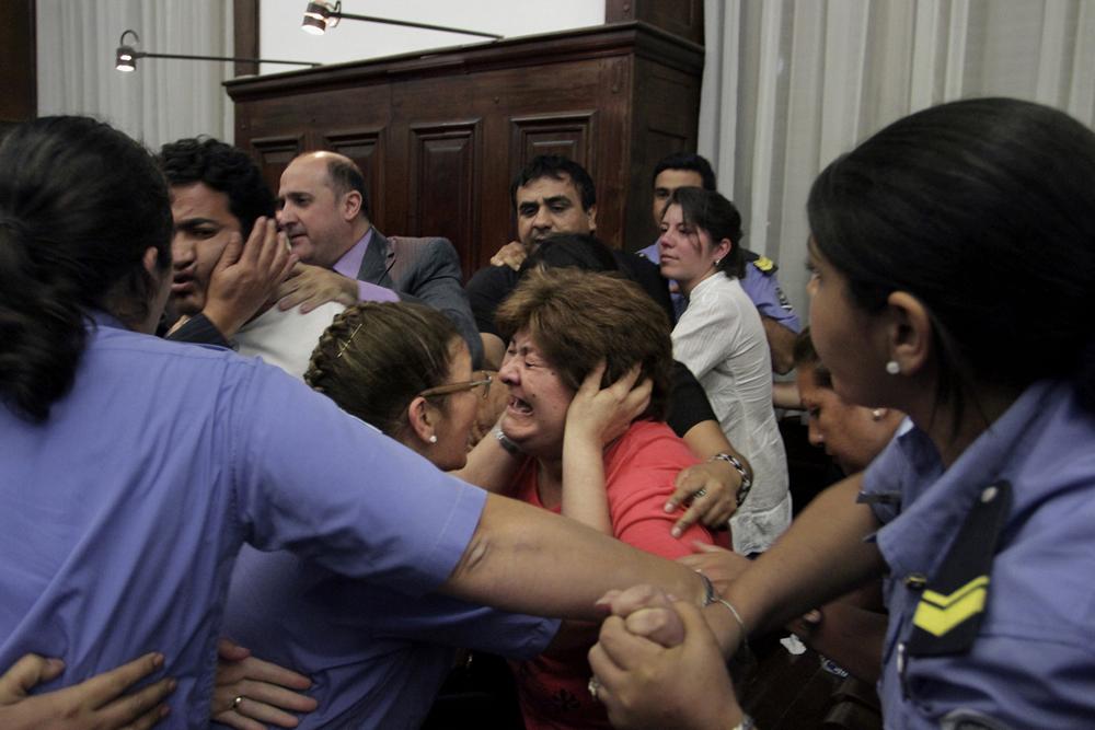 Irma Medina, una de las imputadas en el juicio por la desaparición de Marita Verón, llora tras escuchar el fallo del tribunal que dejaba absueltos a todos los imputados, incluidos sus dos hijos.