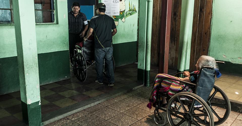 Una anciana espera su turno para votar en un centro de votación de Chimaltenango.