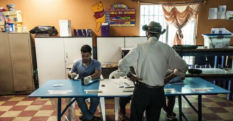 Un hombre ejerce su derecho al voto en una mesa electoral de un centro en Chimaltenango.