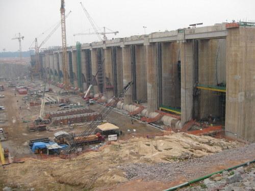 Construcción de la planta hidroeléctrica de Santo Antônio, en la Amazonia, una de las megacentrales con que Brasil busca atender su voracidad energética  Crédito: Mario Osava /IPS