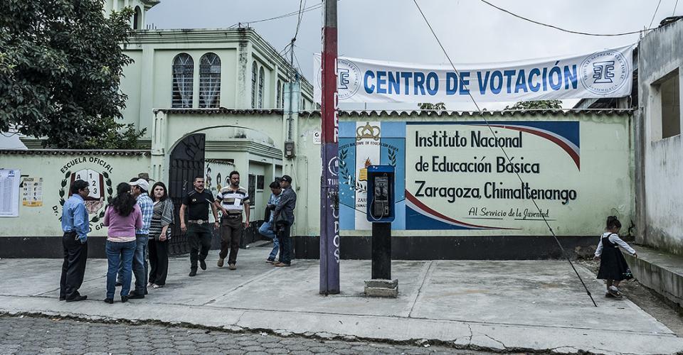 Una niña juega en la entrada del centro de votación de Zaragoza de Heredia, Chimaltenango. Un tanto ajena al futuro del país.