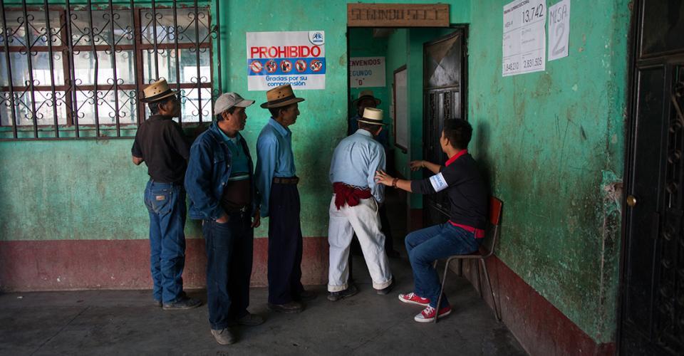 Comunitarios de Chajul, El Quiché, esperan su turno para emitir su voto en la segunda vuelta de las elecciones presidenciales del 2015.