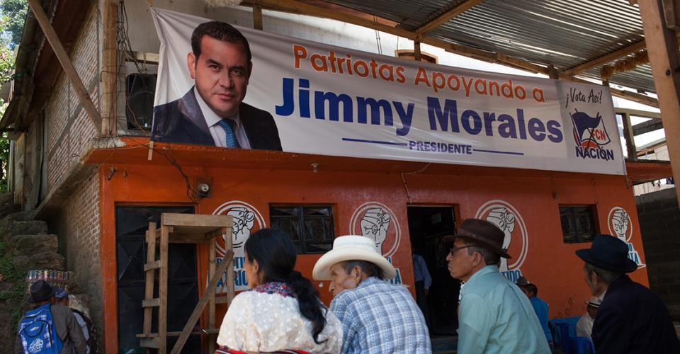 """Manta de Jimmy Morales en la sede del Partido Patriota de Cotzal, El Quiché, donde se lee: """"Patriotas apoyando a Jimmy Morales."""""""