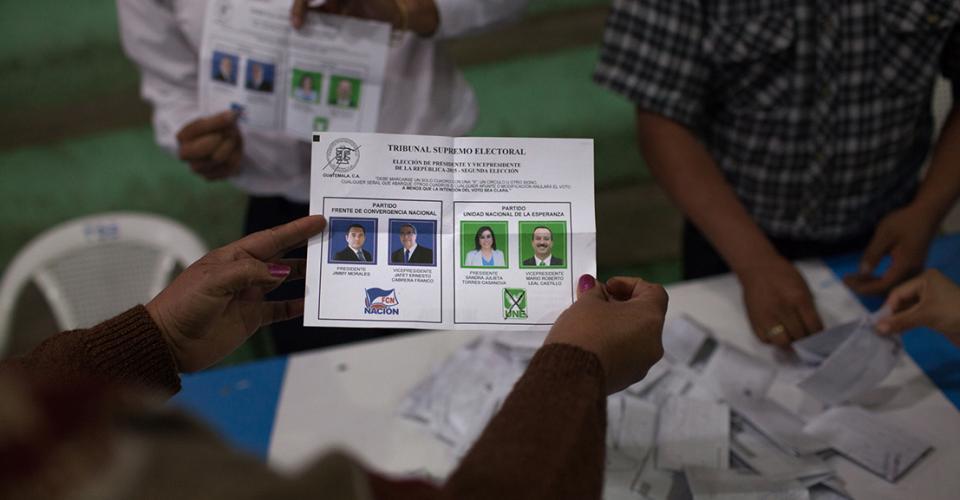 Voto emitido para la UNE durante el conteo final en una de las mesas de la municipalidad de Nebaj, El Quiché. Sandra Torres, candidata de la UNE, perdió las elecciones nacionales pero ganó en Nebaj.