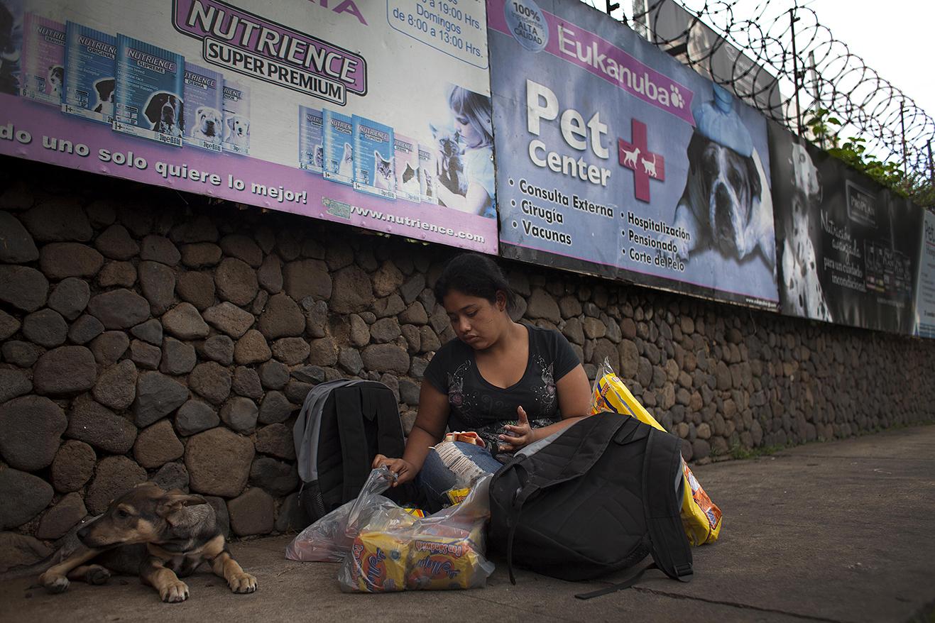 Alejandra, de 22 años, prepara la refacción al terminar las actividades formativas.