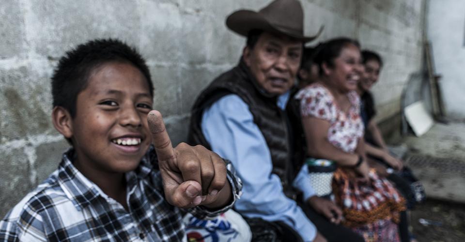 Un niño juega con ser adulto y poder decidir con el voto el futuro de su país.