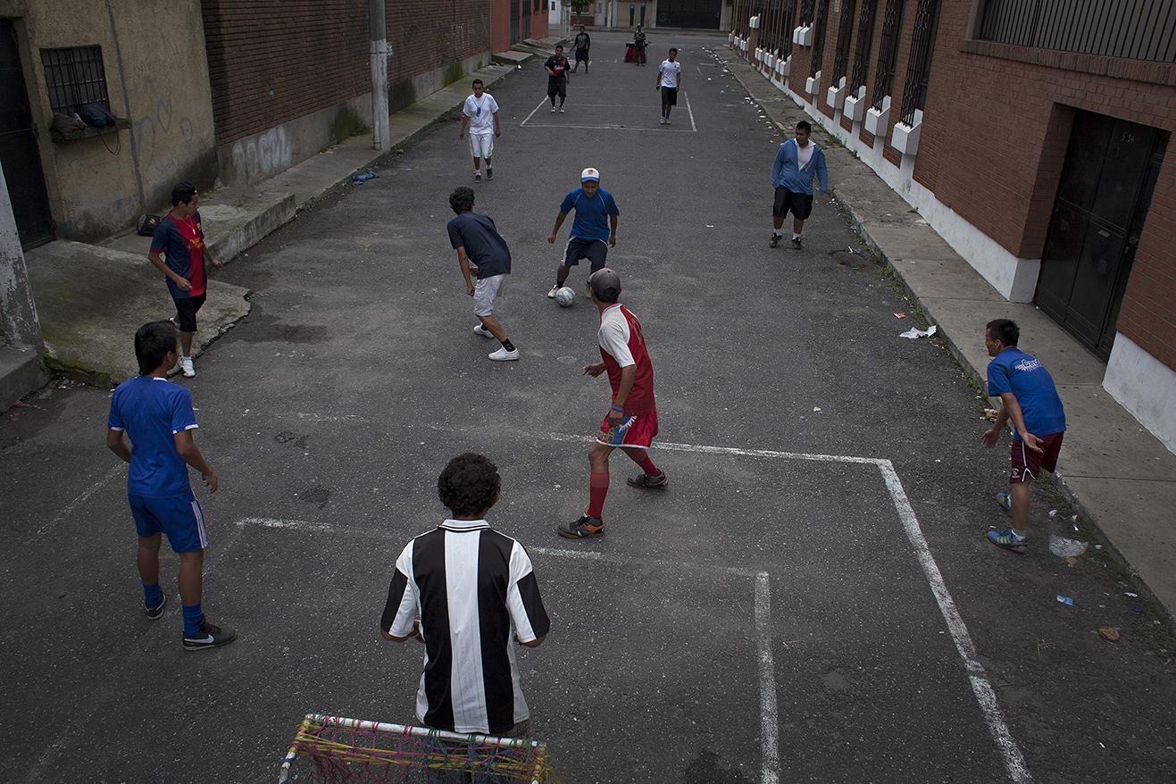 """Las chamuscas acercan a los jóvenes de la calle con otros apasionados del futbol. Acuden cada domingo a jugar en la calle colindante al """"Tanque""""."""
