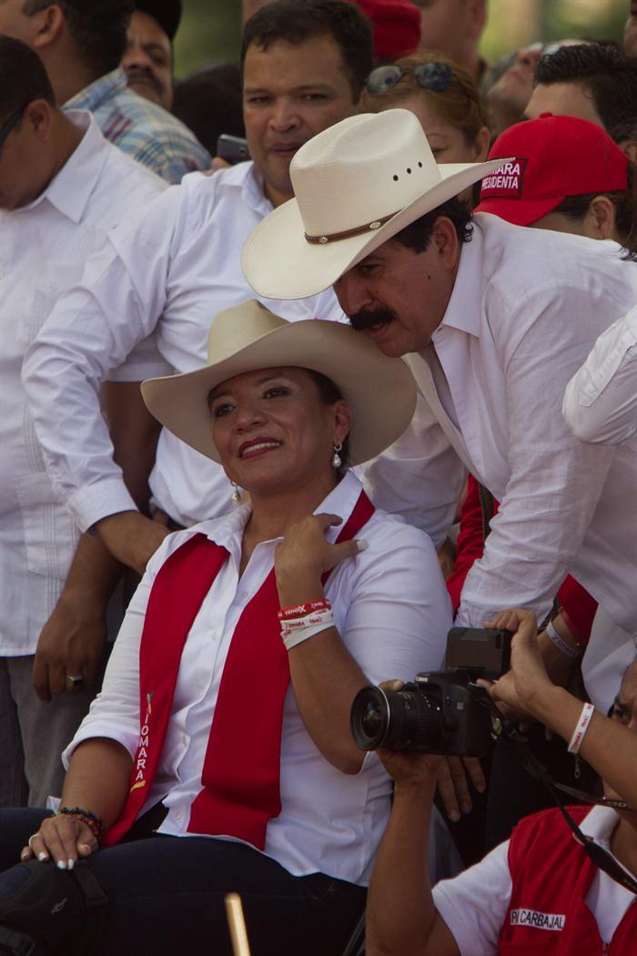 Xiomara Castro, candidata presidencial del partido Libre, conversa con su esposo, el expresidente y candidato a diputado Manuel Zelaya, durante un mitin. Foto de Agencia EFE.