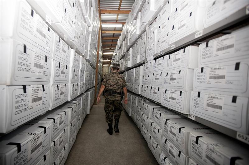 Un militar custodia las papeletas electorales en Honduras. El ejército es el encargado de administrarlas. Foto: EFE.