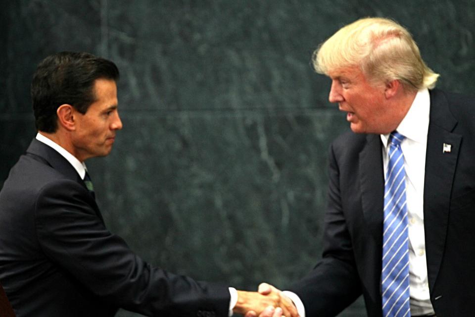 Peña Nieto y Trump se estrechan la mano en la residencia Los Pinos en Ciudad de México, el 31 de agosto de 2016.