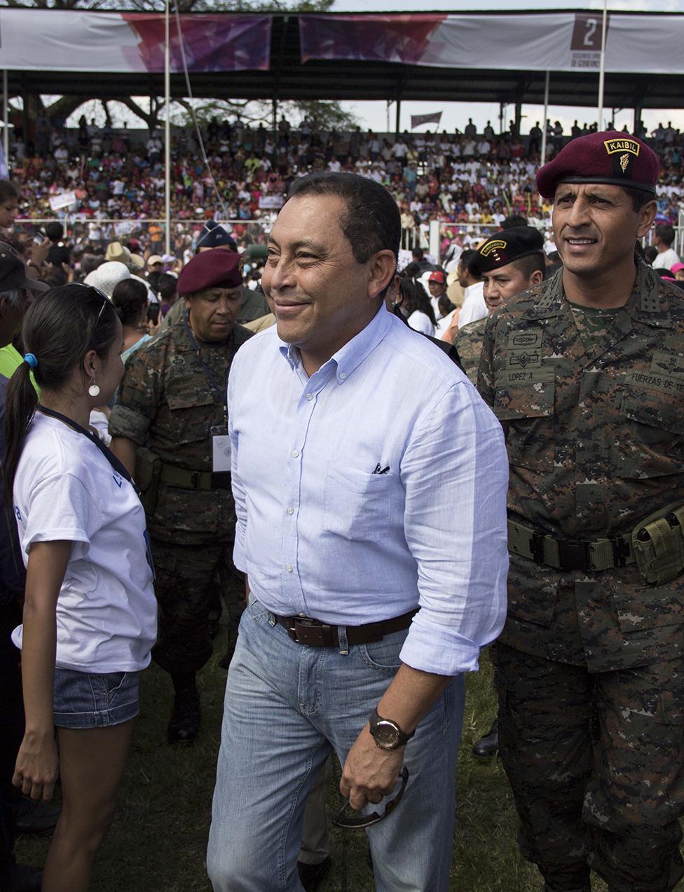 El ministro de Gobernación, Mauricio López Bonilla, y el ministro de la defensa, Manuel López Ambrosio, a su ingreso al estadio de Escuintla.