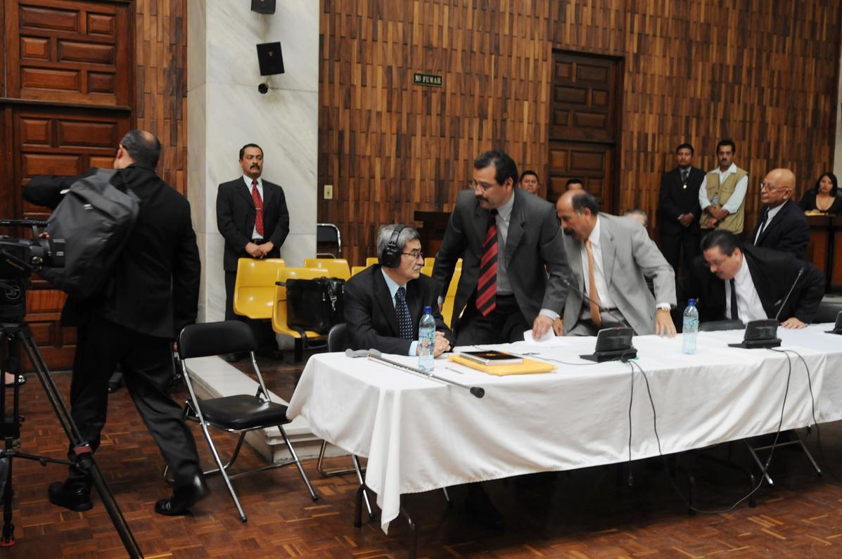 Los abogados defensores abandonan la sala, en protesta ante la negación de sus solicitudes. .