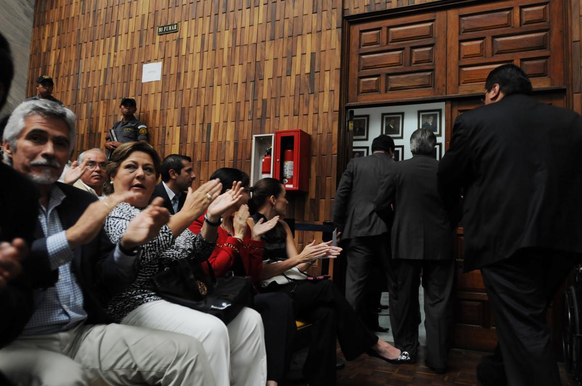 Amigos y familiares de los acusados aplauden la decisión de los abogados.