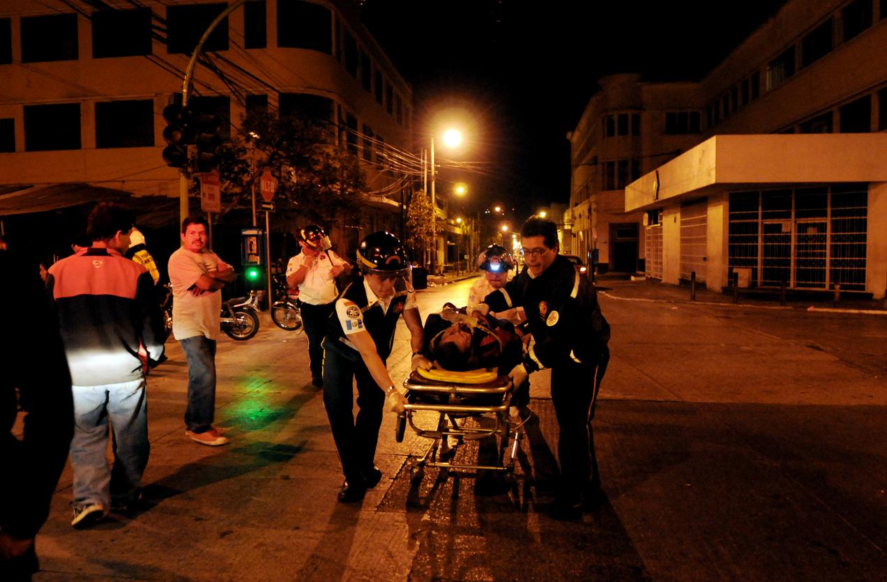 Un motorista chocó contra un arriate y salió expulsado de su motocicleta. Es trasladado al hospital.