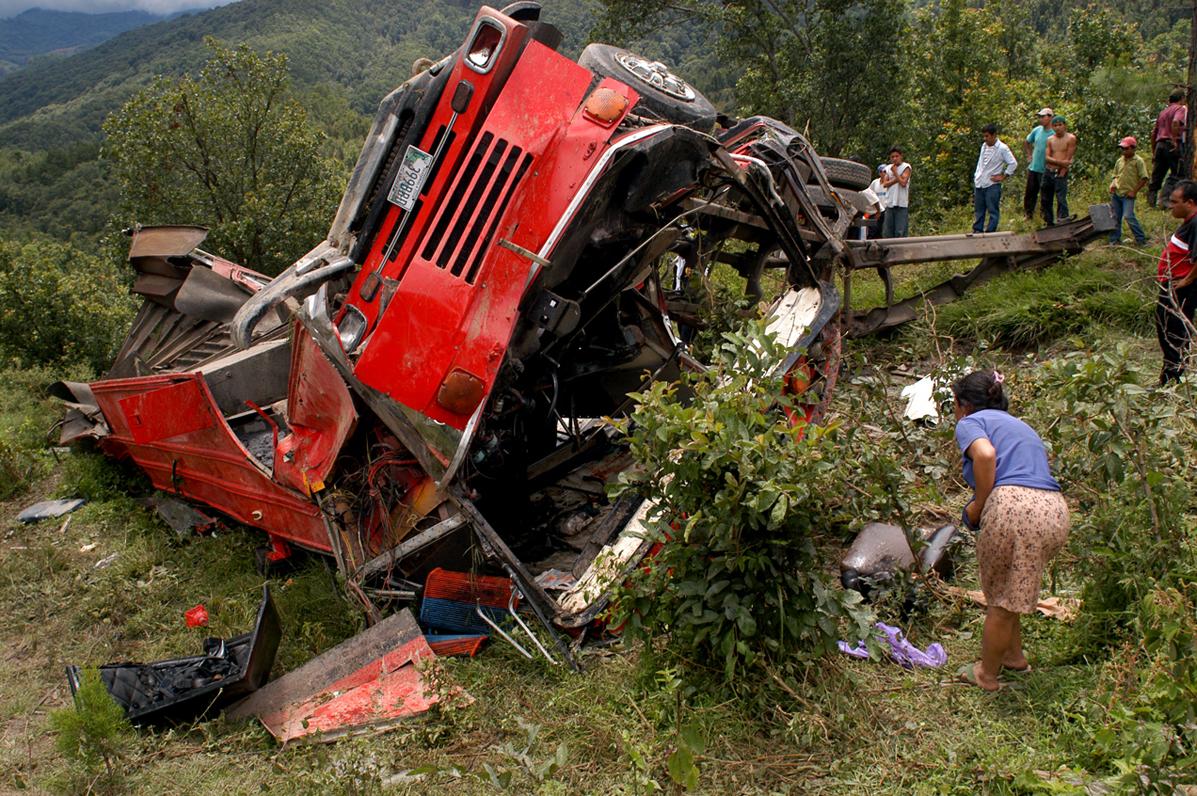 Un autobús de pasajeros cayó en un barranco de la ruta a Santa Rosa. Varias de personas murieron y otras resultaron heridas.