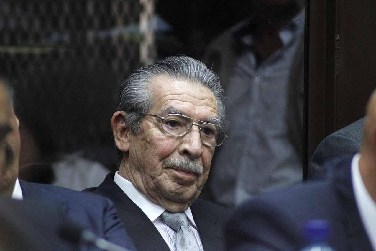 Efraín Ríos Montt escucha la resolución del juez.