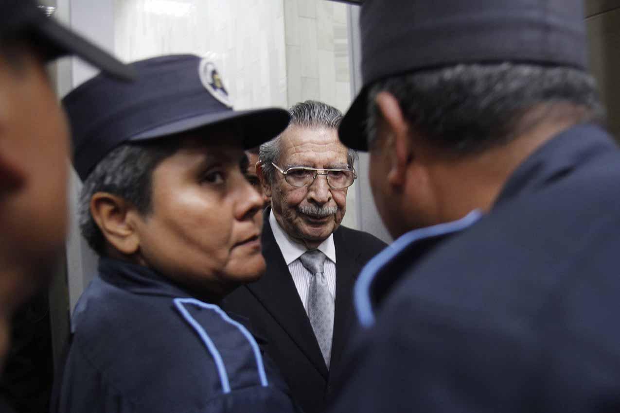 Ríos Montt abandona la sala custodiado.
