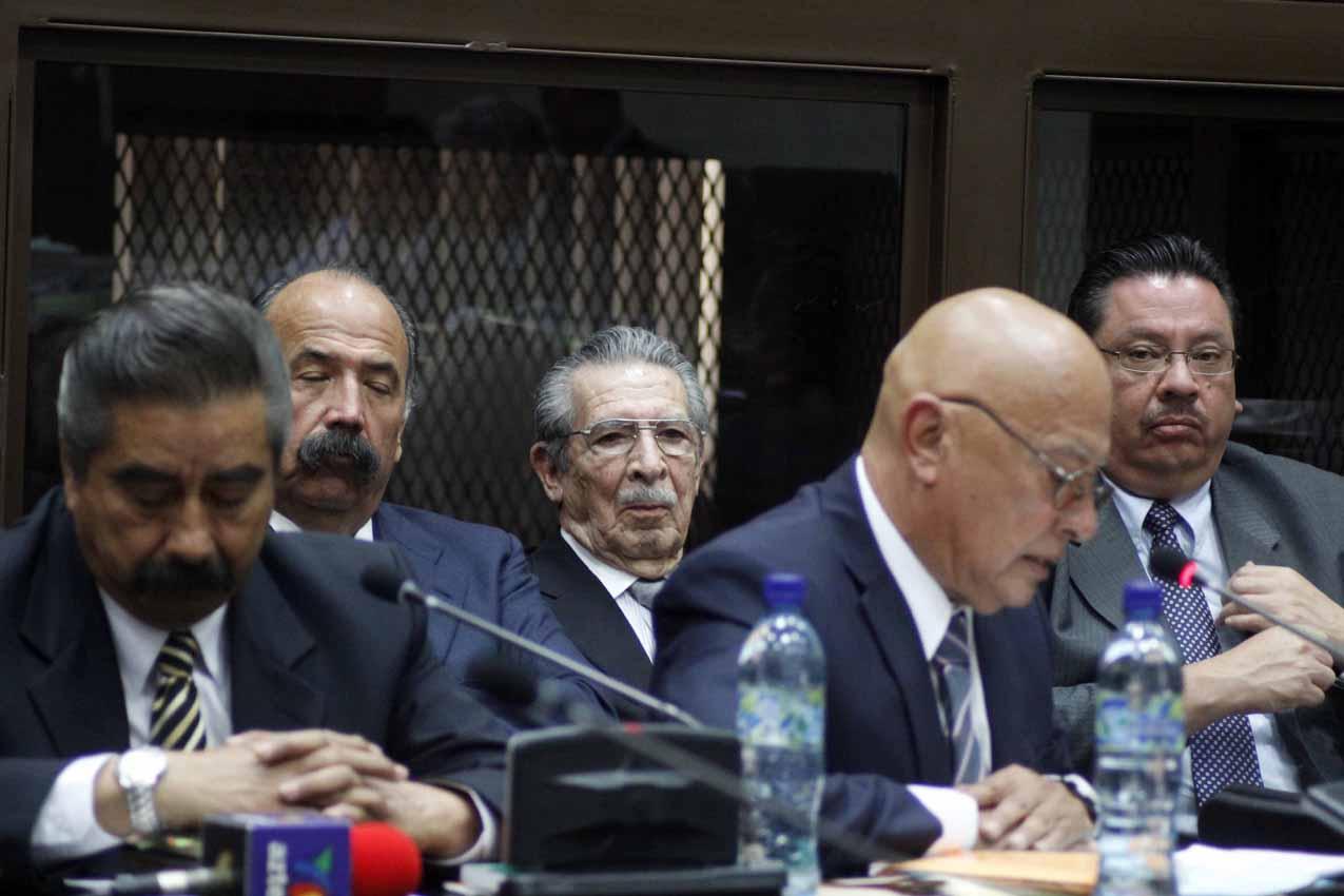 El ex general Ríos Montt y los abogados defensores.