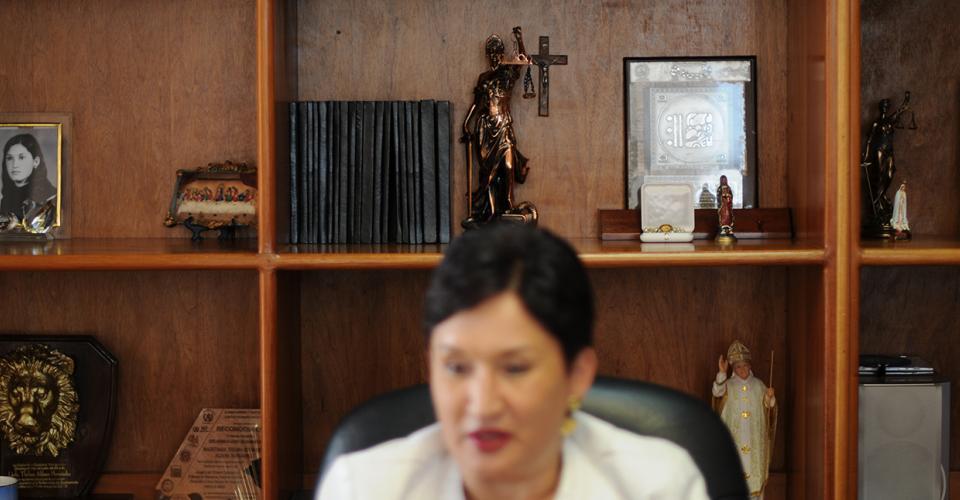 En los estantes de la librera de la oficina de Aldana, destacan una balanza de bronce, la imagen del papa Juan Pablo II y la de dos Vírgenes.
