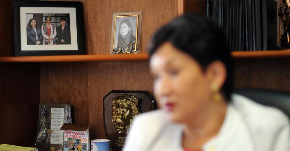 En su oficina Aldana conserva una fotografía de cuando era joven. También aparece en otra acompañada de Claudia Paz y Paz, y Navy Pillay, Alta Comisionada de las Naciones Unidas para los Derechos Humanos.