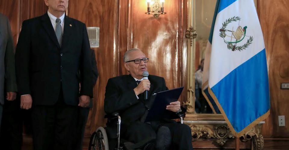 El presidente Alejandro Maldonado Aguirre en la juramentación de nuevos ministros. Lo acompaña el vicepresidente Juan Alfonso Fuentes Soria.