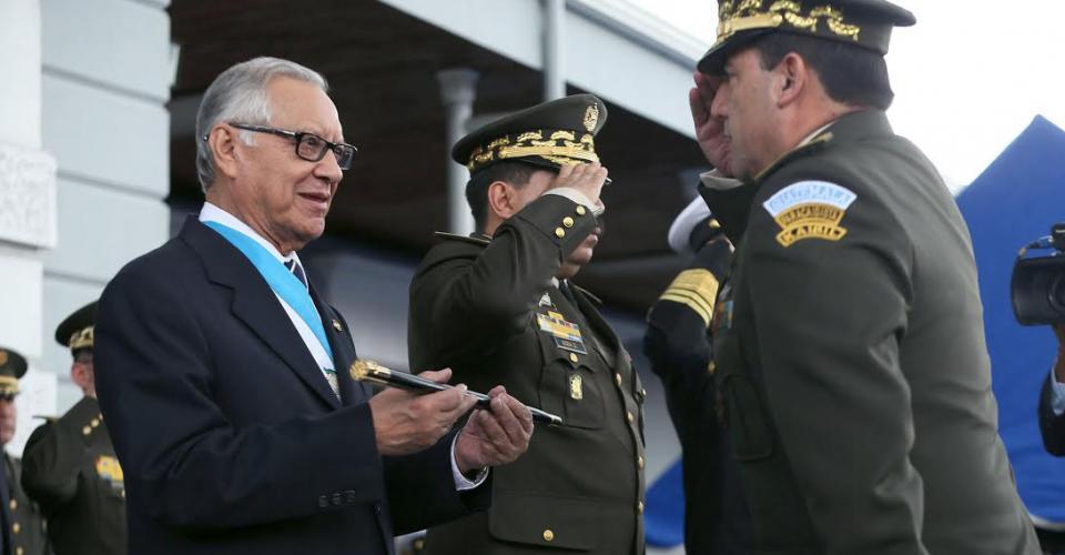 Miembros del ejército brindan honores al nuevo presidente Alejandro Maldonado Aguirre.
