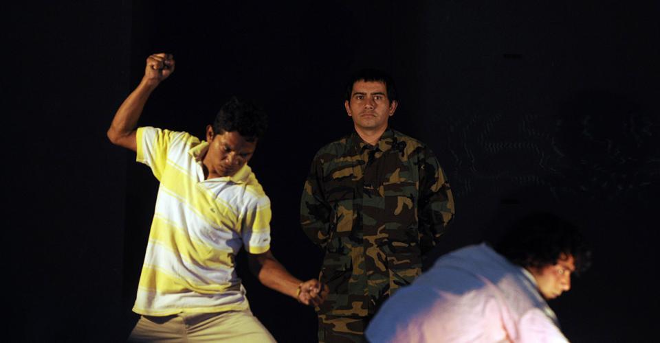 """Pedro Castillo, al centro, es uno de los integrantes de Iqui Balam permaneció en Alioto. En la fotografía, tomada en marzo de 2011, presenta la obra """"La Ronda de la Verdad""""."""