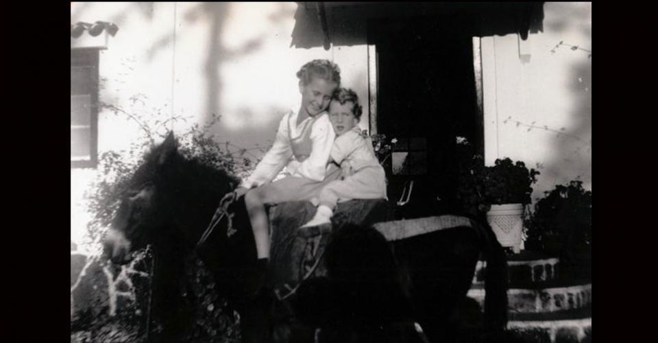 Álvaro Arzú junto a su hermana mayor.
