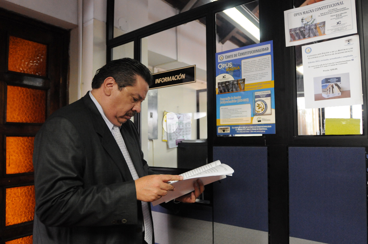 Luis Rosales, uno de los abogados de Efraín Ríos Mott, llegó a la CC a solicitar copia de las resoluciones.