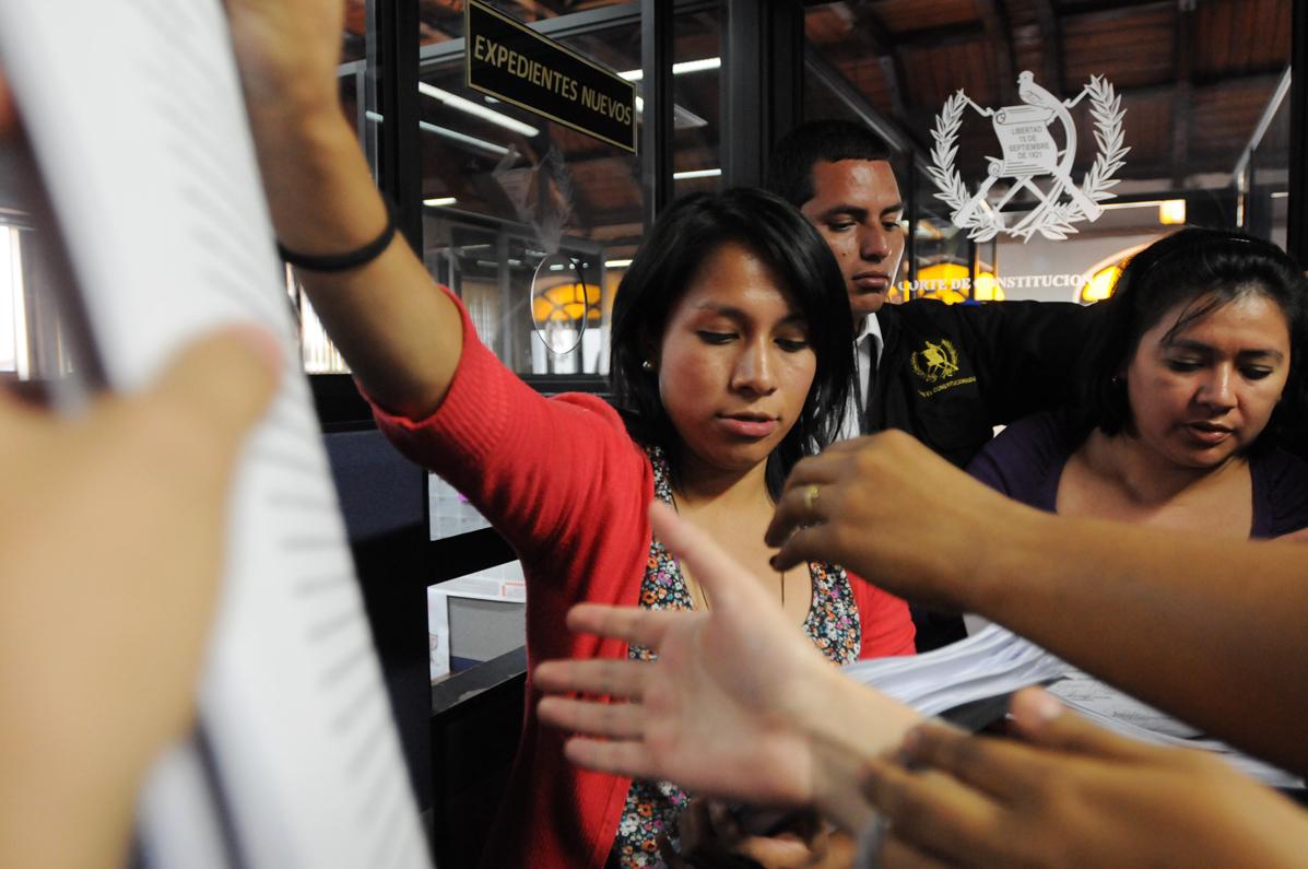 Periodistas solicitan copias de las resoluciones que hicieron los magistrados de la Corte de Constitucionalidad..