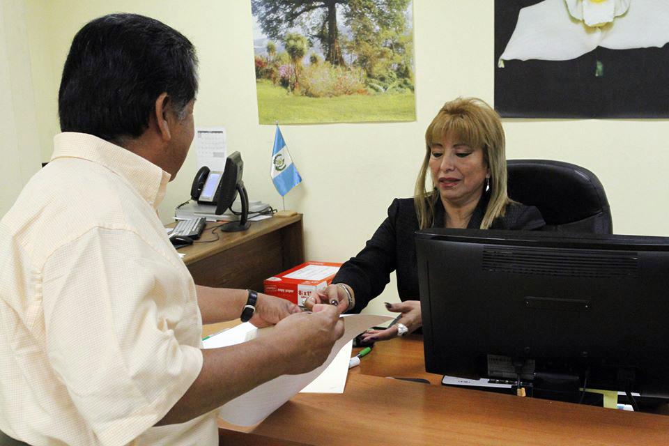 De León cuestiona desde el despacho del edificio del Registro de la zona 1, la legitimidad de los reclamos de propiedades ancestrales.