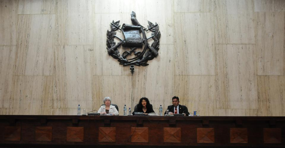 El Tribunal Primero A de Mayor Riesgo durante la audiencia del 19 de abril en donde esquivó la anulación total de la juez Flores, pero no la orden de la Sala Tercera que suspendía provisionalmente el juicio contra los militares retirados.