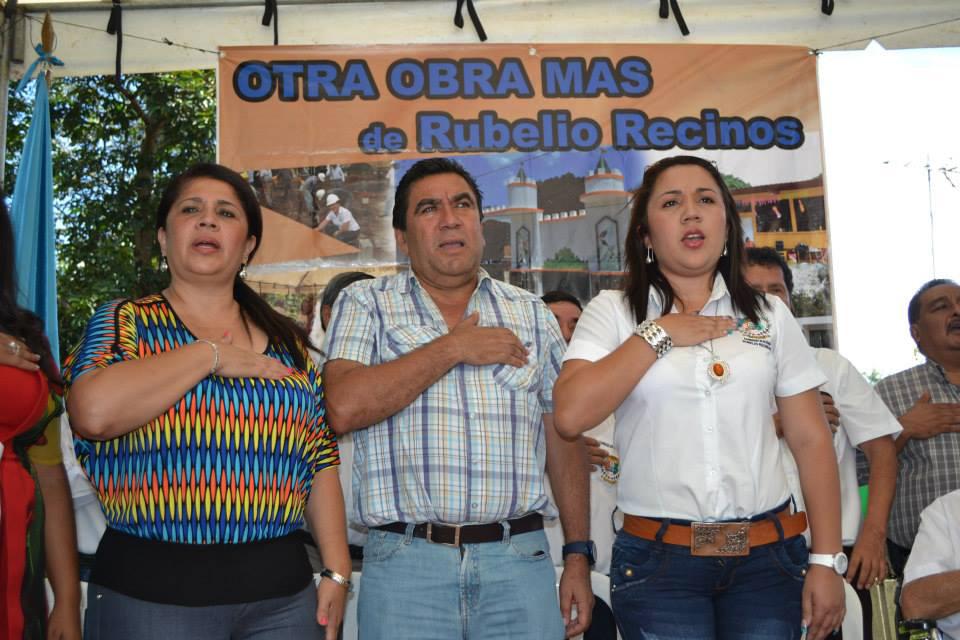 Aracely Chavarría de Recinos, Rubelio Recinos y su hija Ana Lucía.