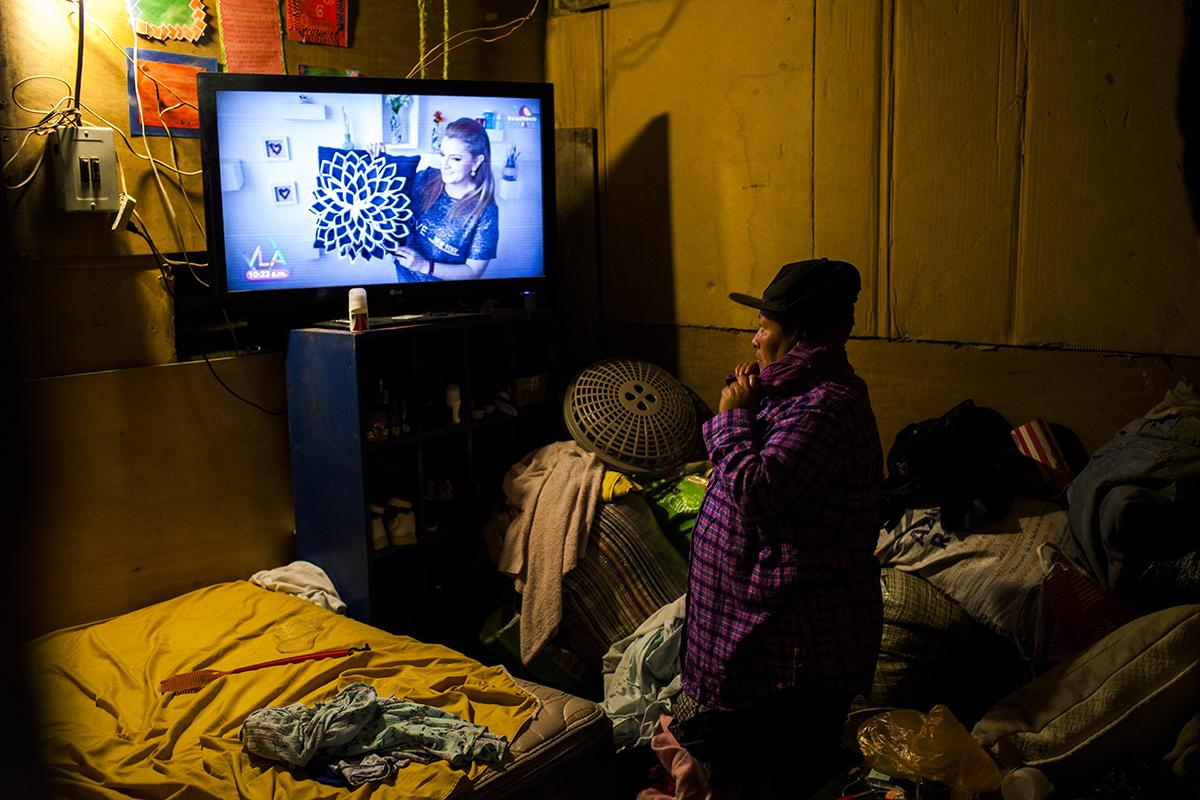 Alicia Galindo, 45, se prepara antes de salir a trabajar como recicladora en el relleno sanitario. Vive en el asentamiento Shalom junto a su esposo Selvin, cinco hijos y dos nietas.