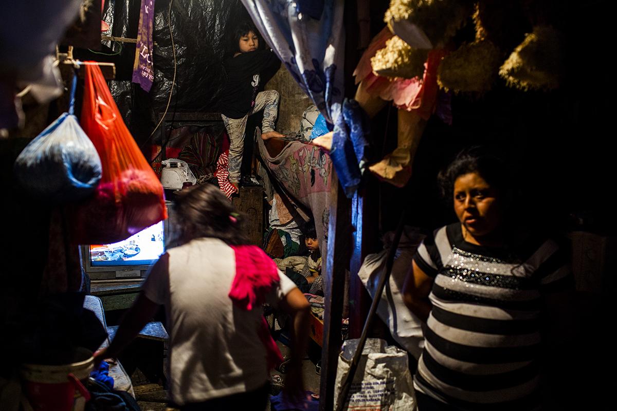 La casa de María Cobo Bernal, 25, a la derecha. Originaria de Nebaj, Quiché, lleva seis años viviendo en el asentamiento Manuel Colom Argueta junto con sus hijas Juana Estela, 8, y Brenda Elisabeth, y José Isaías.