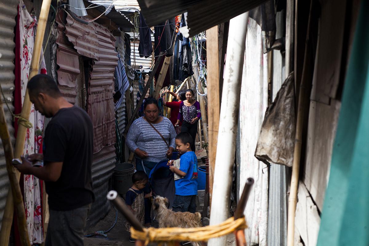 Vida diaria por un callejón del asentamiento Manuel Colom Argueta.