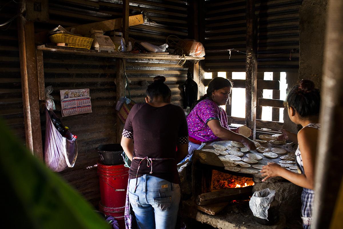 Elena Bernal, 44, originaria de Nebaj, Quiché, prepara tortillas en su casa, en el asentamiento Manuel Colom Argueta.