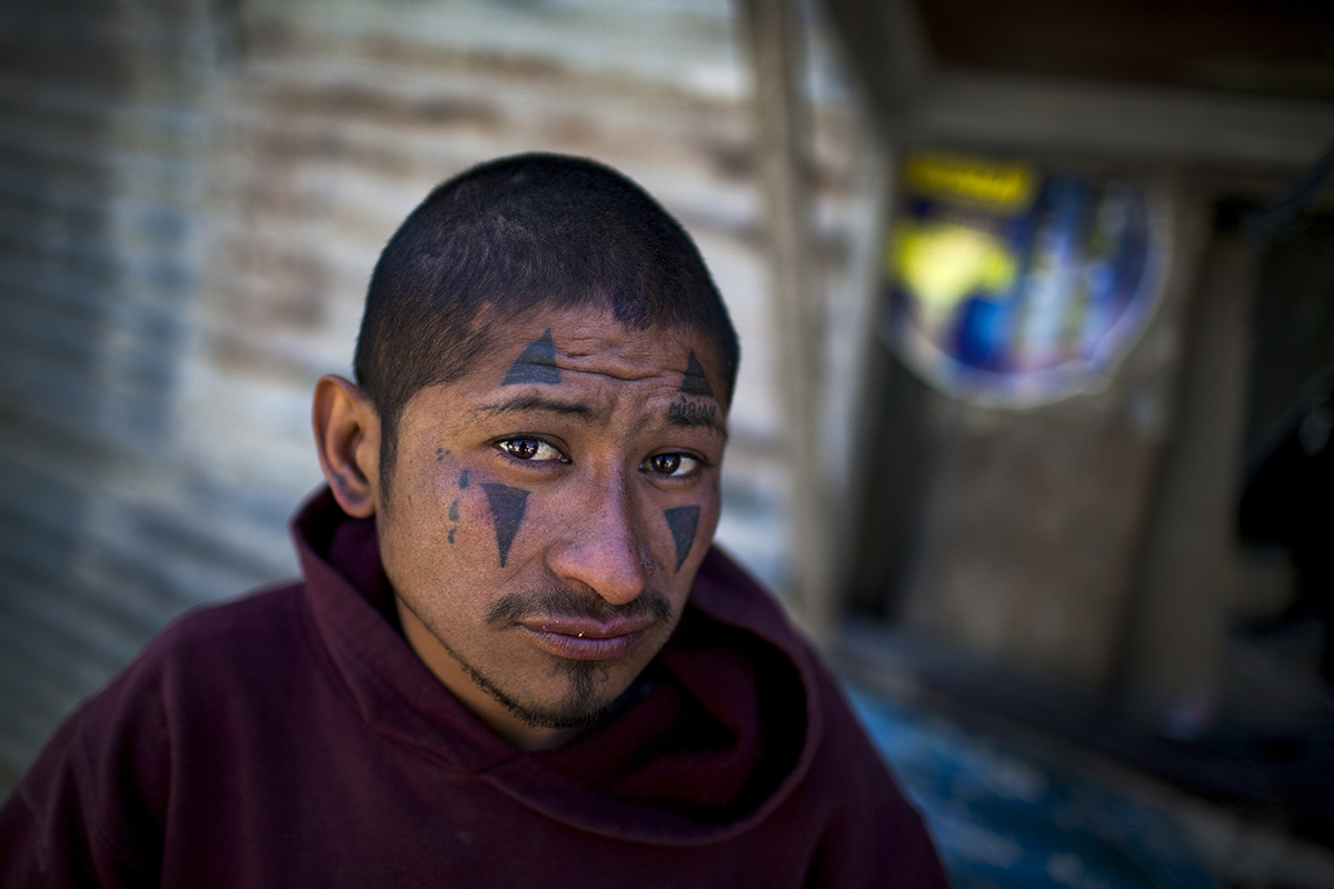 """Edgar Ramírez, 25, conocido como """"Chuga"""". Nació en la zona colindante de la antigua cohetería, donde se mantuvo con la abuela en sus primeros años de vida. Desde los 4 años hasta los 16 fue internado en un instituto para niños especiales. Ahora se mantiene en el asentamiento Manuel Colom Argueta sin un domicilio permanente. Hace un mes, los muchachos del barrio lo pintaron con los tatuajes típicos de la Mara Salvatrucha, que controla el sector del basurero."""