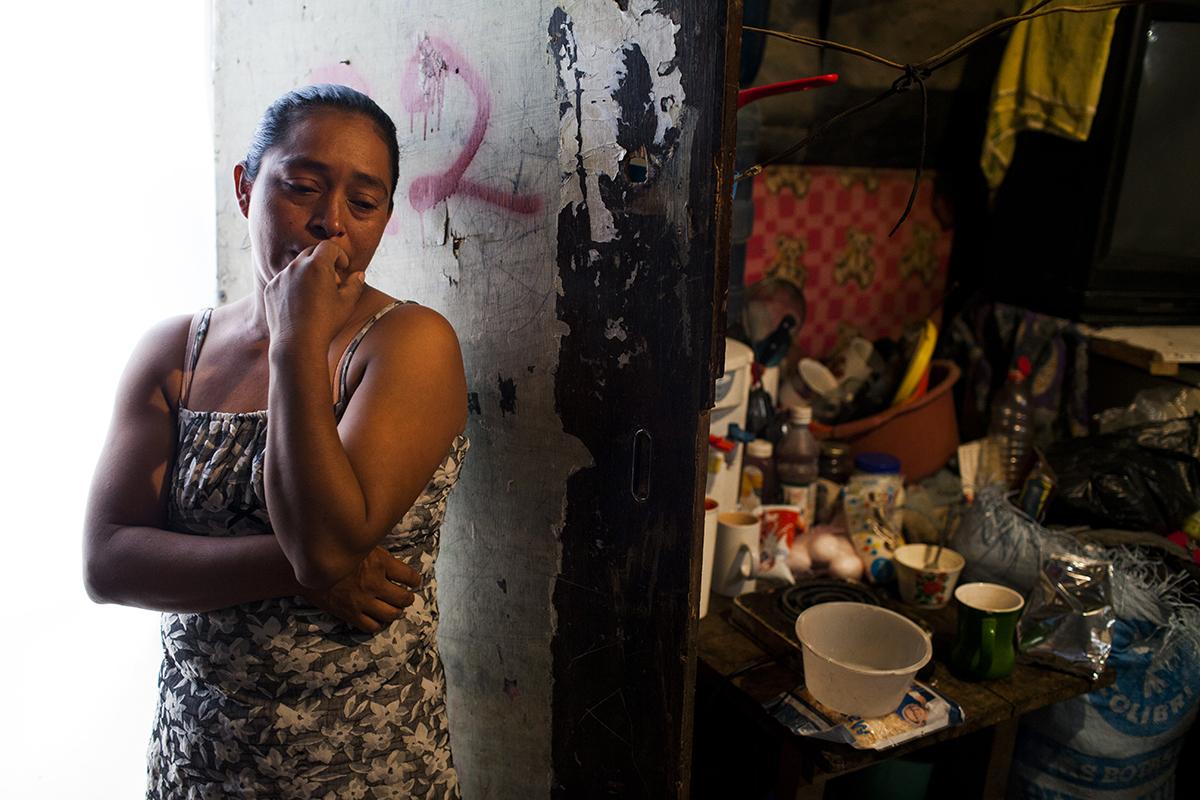 Guadalupe García Hernández, 38, es madre soltera de 4 hijos de 3, 7, 17 y 22 años. Él de 17, Mynor, es objeto de un proceso judicial que lo alejaría de su madre por cargos de abandono, falta escolar y consumo de drogas.