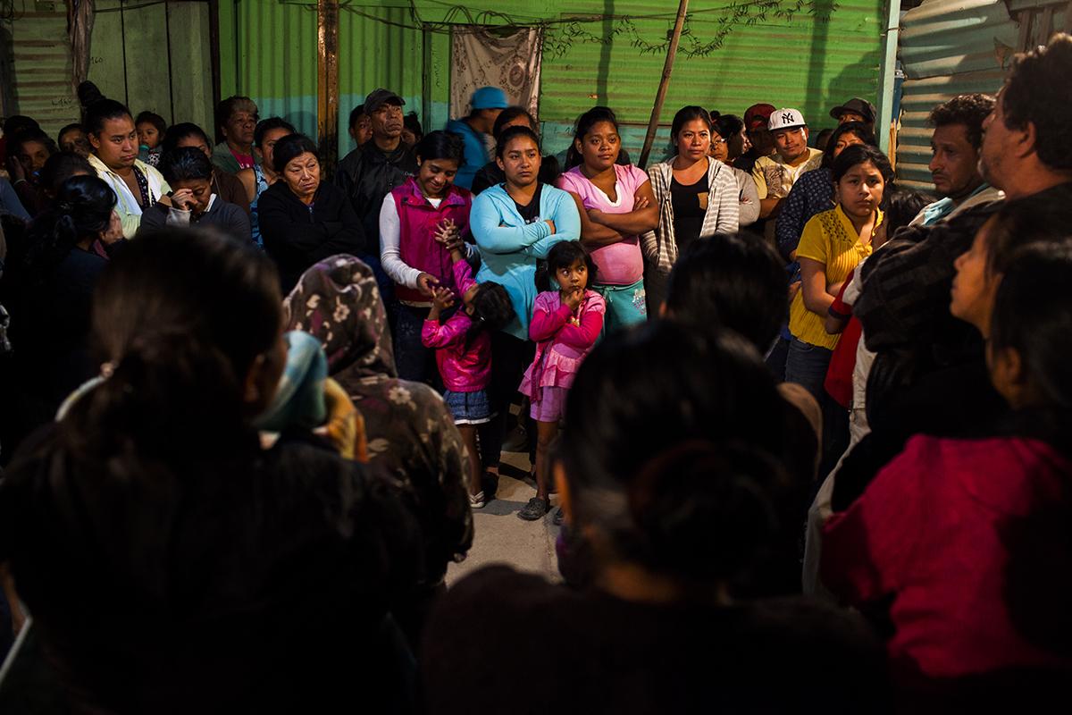 José Vidal y Aaron Alvarado —a la derecha— líderes del asentamiento Manuel Colom Argueta, dirigen una reunión de vecinos.