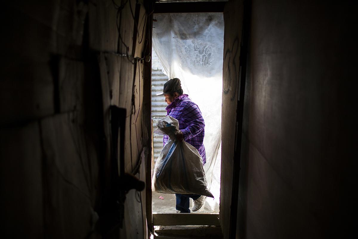 Alicia Galindo sale de su casa para enfrentar un nuevo día de trabajo en el relleno sanitario.
