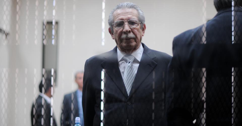 Efraín Ríos Montt, en una imagen de 2013 tomada durante el juicio por genocidio que se llevó en su contra y de José Mauricio Rodríguez Sánchez.