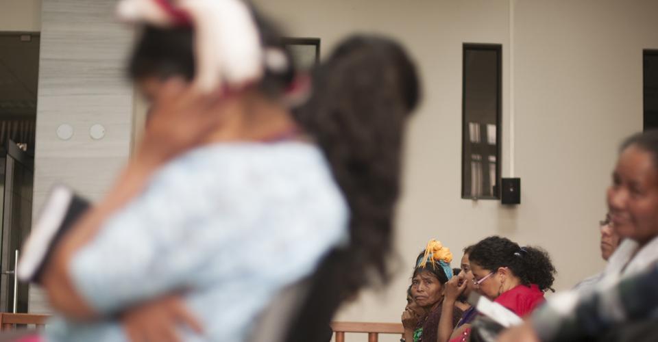 Varias mujeres de diferentes comunidades indígenas llegaron a la audiencia para respaldar a las mujeres Q'eqchi'.