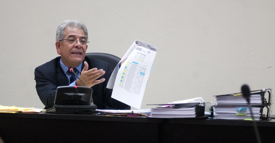 """El juez B de Mayor Riesgo Miguel Ángel Gálvez ligó a proceso a la ex vicepresidenta Roxana Baldetti en el segundo día de audiencia. Gálvez señaló que es prudente dictar autor de procesamiento en el caso de defraudación aduanera """"La Línea."""