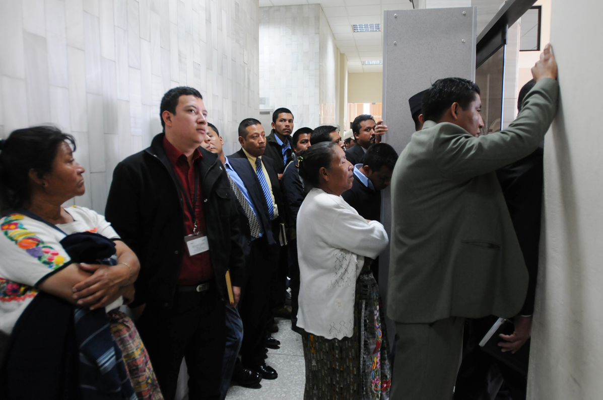 La sala se llenó y muchos escucharon desde afuera.