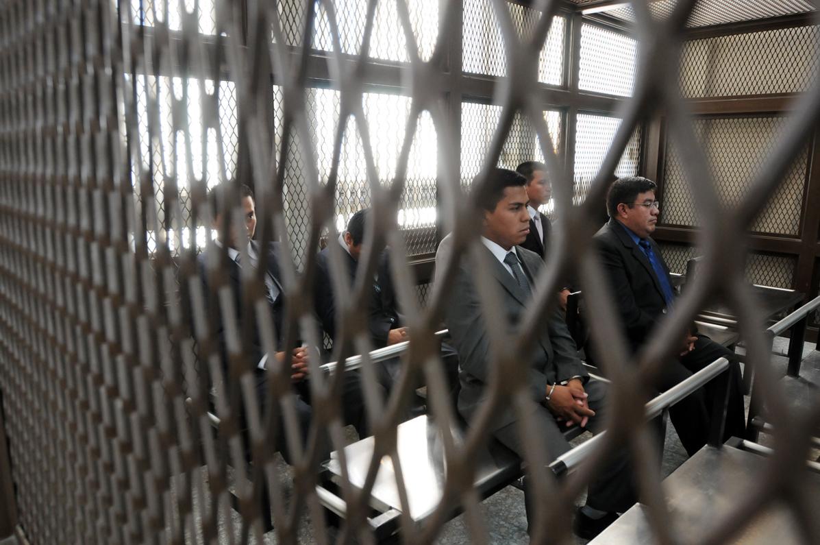 Los acusados llegaron vestidos con traje y corbata.