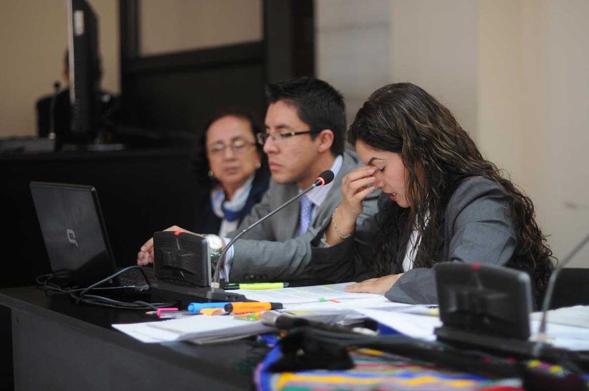 Aida Granillo trata de corregir el expediente.