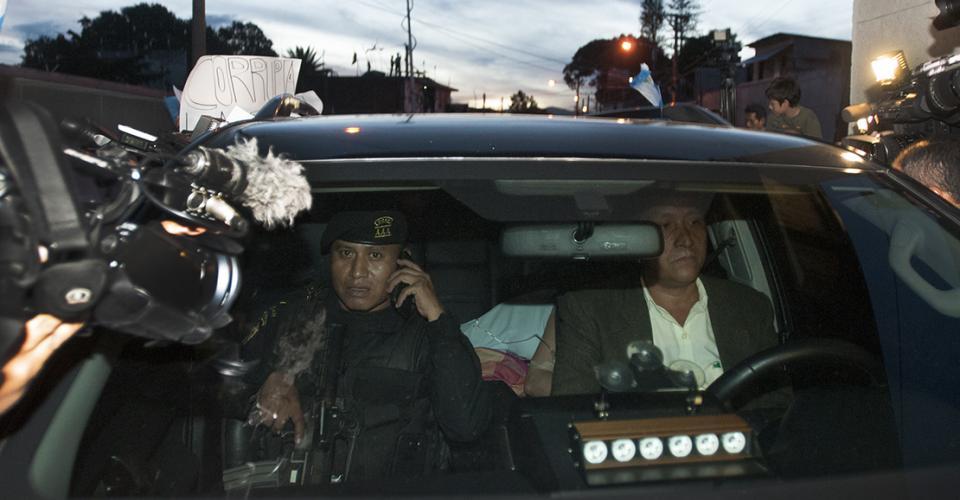 """La exvicepresidenta Roxana Baldetti es trasladada al Cuartel General de Matamoros, en la zona 1, luego de ser detenida por su vinculación con la estructura criminal """"La Línea"""", la cual según las investigaciones del MP y la CICIG era dirigida por el gobernante Otto Pérez y ella."""