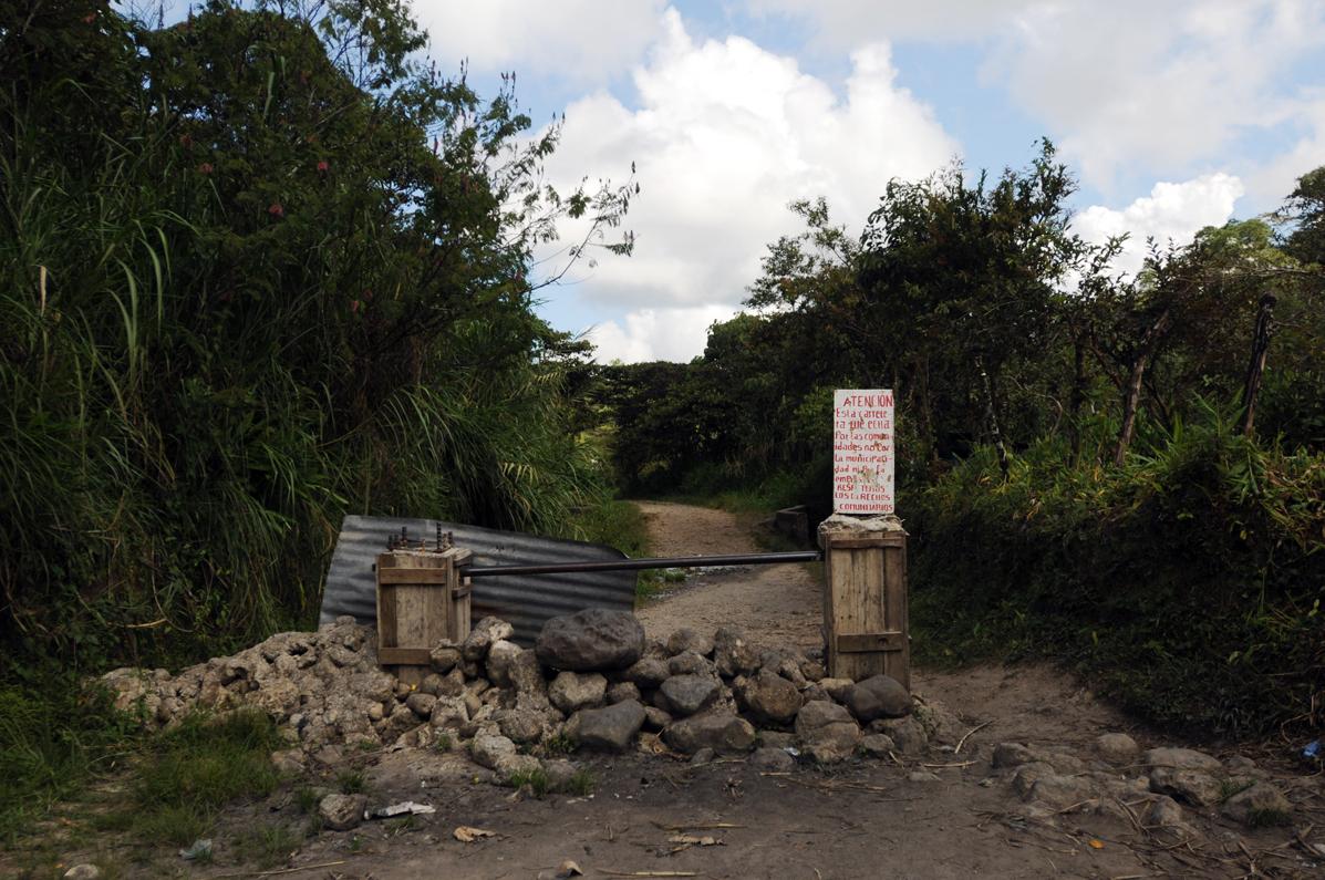 En un letrero, pobladores escribieron que la carretera fue hecha para las comunidades, no para la municipalidad ni para la empresa.